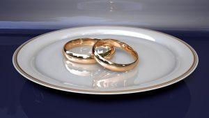 talerz z obrączkami ślubnymi